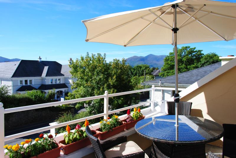View from the balcony on a sunny day - Comfortable Townhouse in Killarney - Killarney - rentals