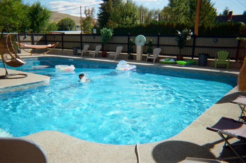 Resort style pool with privacy fence - Spacious 6 Bdrm Luxury in Lake Country, Kelowna! - Lake Country - rentals