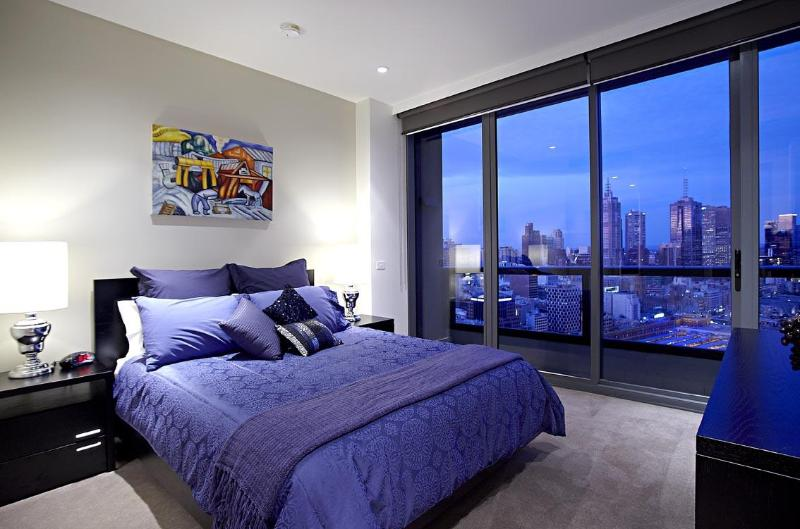 Main Bedroom with Ensuite and Walk in Robe - Gem Apartments - 2 Bed / 2 Bath City Apartment - Victoria - rentals