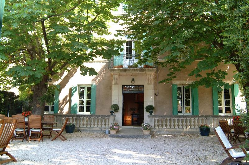 Front door and Courtyard - A TASTEFUL  BED and BREAKFAST near Uzés & Avagnon. - La Bruguiere - rentals