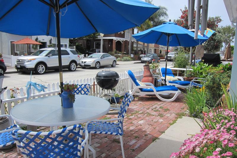 Relaxing on the Patio - Cozy Cottage on Balboa Island - Balboa Island - rentals