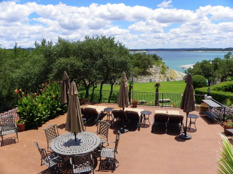 View of the patio, yard, and Lake Travis from the Common Area - The Palms on Lake Travis - Waterfront with dock - Austin - rentals