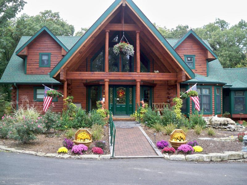 Front View of Scenic Valley Inn - parking parallel to the Inn - Scenic Valley Inn Bed and Breakfast & Event Center - Manhattan - rentals