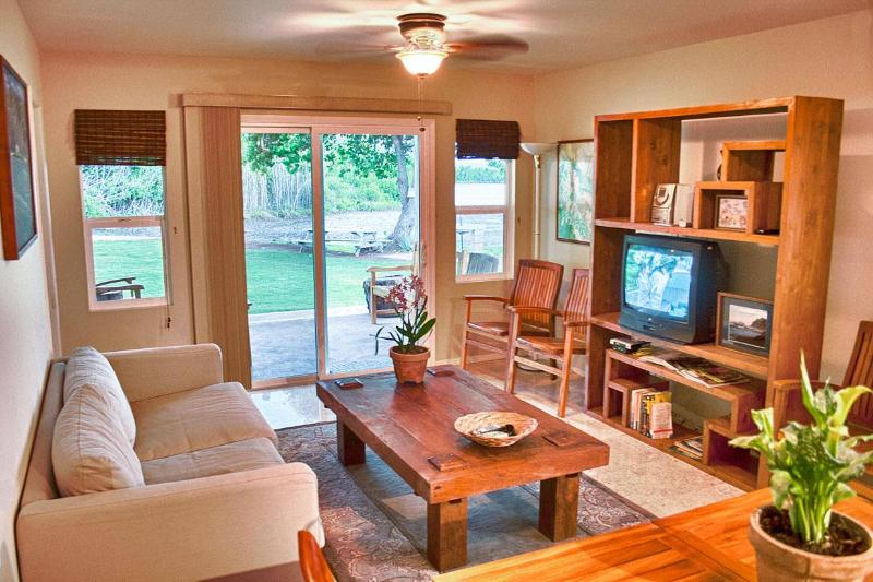Cool and comfortable with lots of media options. Teak furniture and tile flooring. - Molokai Fishpond Cottage - Kaunakakai - rentals