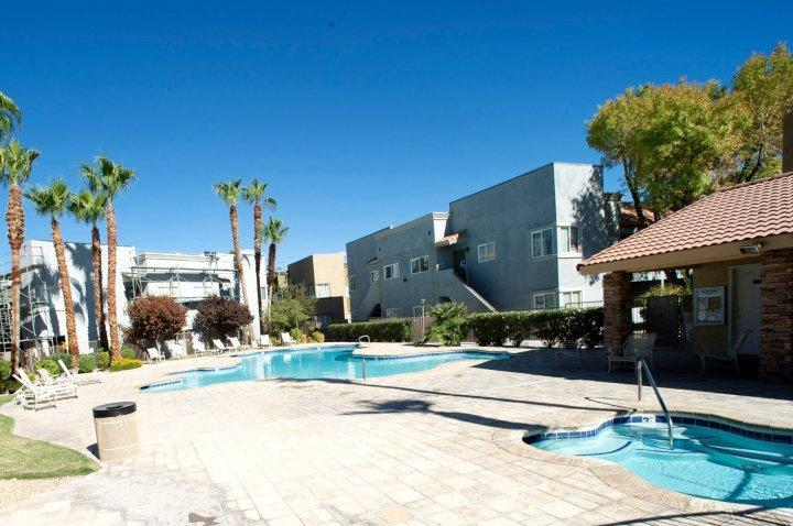 Large pool and jaccuzi - $150.00 SPECIAL for New Years Eve.+1 free night - Las Vegas - rentals