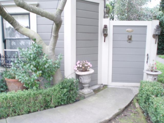 Private Gate, entrance to Boxwood House apartment - Boxwood House Luxury Garden Apartment SF BAy Area - Alameda - rentals