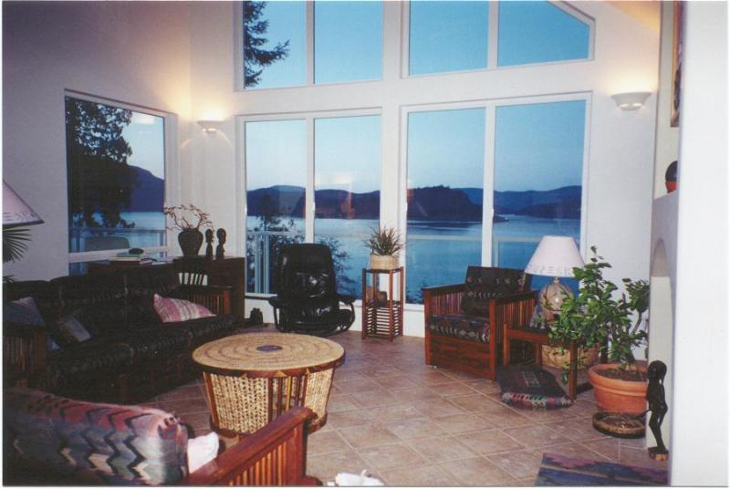 Living room - Oceanfront -Spectacular Views -Close to Victoria - Cowichan Bay - rentals