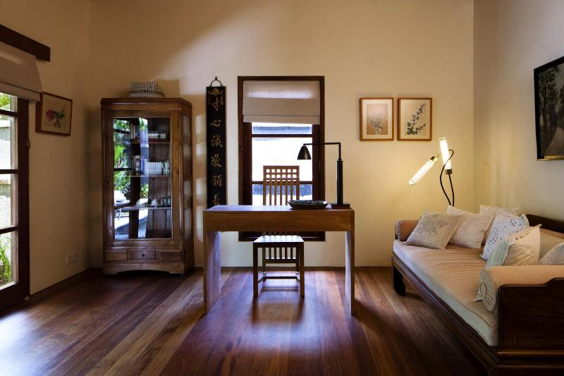 Living room with sofa bed, library and writing desk - Deluxe Tropical Plunge Pool Villa by Mango Tree - Jimbaran - rentals