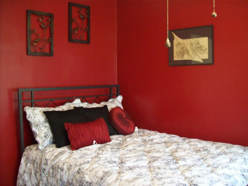 Red room - The Fischer House Vacation Rental 3 NIGHT MINIMUM - Niagara Falls - rentals