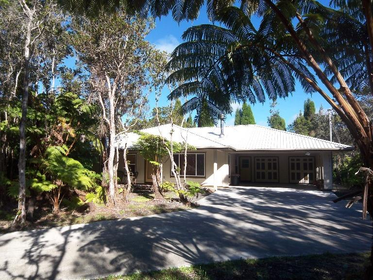 Front driveway with Ohia Trees and Hapu'u Ferns - Close to Volcano Park/Village-Sleeps 13-Clean-Upgrades-Wood Stove-Wifi-Laundry - Volcano - rentals