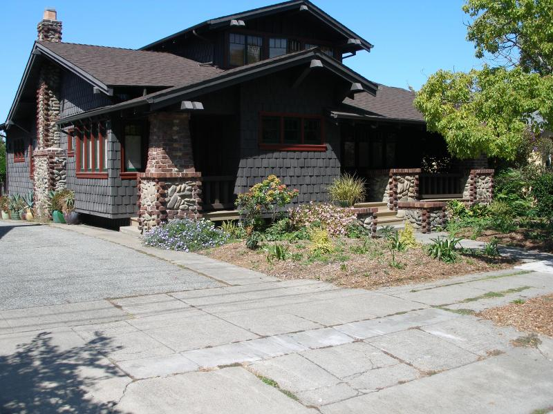 Exterior of the Walter Upward house w/ 3 offstreet parking spots - Beautiful North Oakland Heritage Property - Oakland - rentals