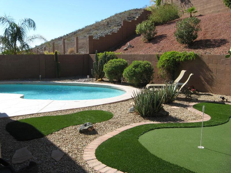 Back yard heated pool and putting green - mountain preserve in the background - Ahwatukee - 3100 sf - Heated pool - Putting Green - Phoenix - rentals