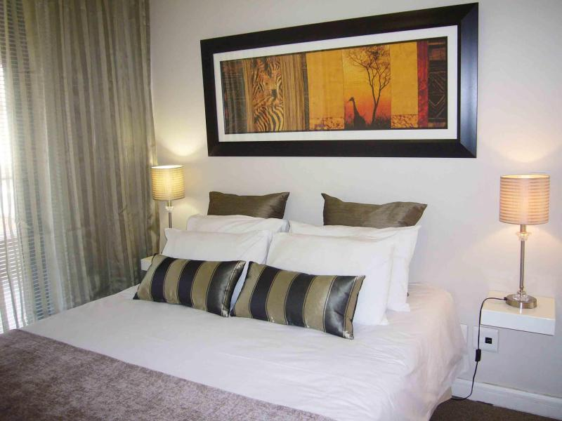 Large double bed (5 foot), comfortable mattress, lots of pillows & views of Table Mountain - Luxury Cape Town apartment near The Waterfront - Cape Town - rentals