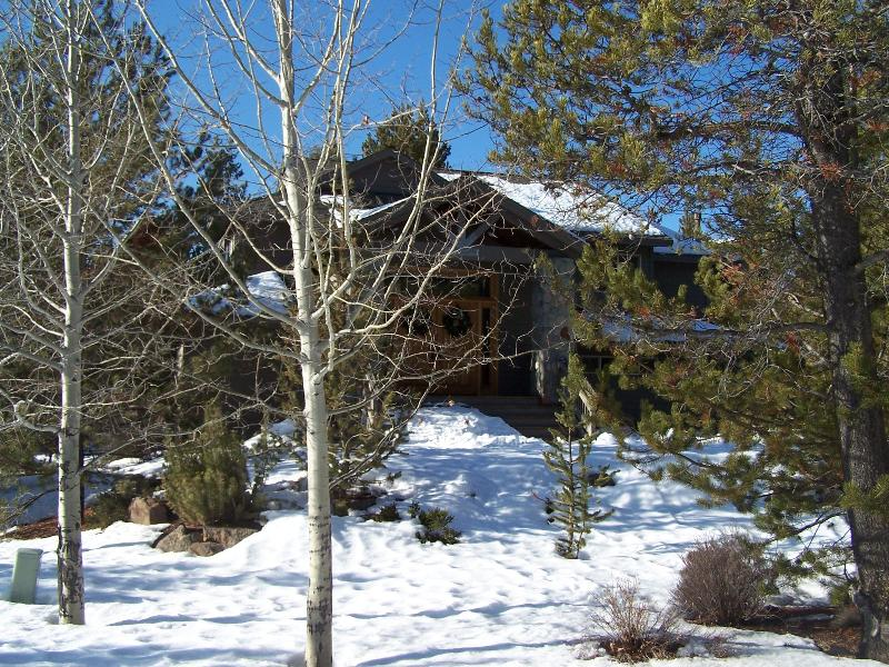 Front View with snow and Landscaping - Stunning 5 BR, N SR, Free Night/SHARC Pool Pass - Sunriver - rentals