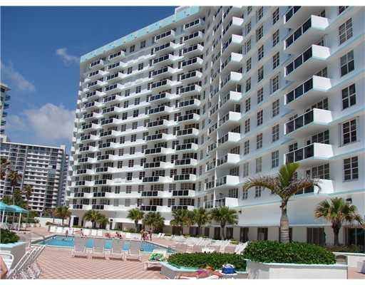 Pool area - Beach Front apartment building  Hollywood, Florida - Hollywood - rentals