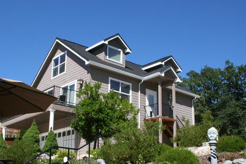 Roxy Ann Retreat exterior - Large Luxury Carriage House with Amazing Views - Medford - rentals