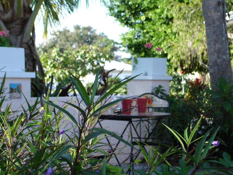 Enjoy morning coffee or evening sunsetws - Venice Isle 3/2. Heated Pool, Walk to Beach.& Town - Venice - rentals