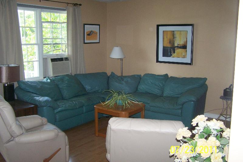 Wrap around leather couch - Walk to Beach, sleeps 9,3 BR 2 BA,screened deck - Westerly - rentals