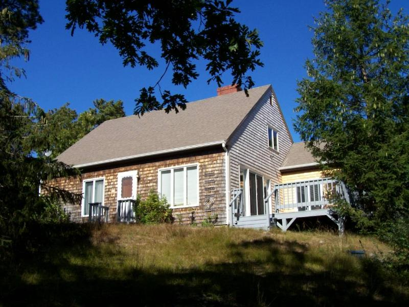 House sitting perched on the lot Deck on right - Sleeps 10, Near Town via backroads then to the bay - Wellfleet - rentals