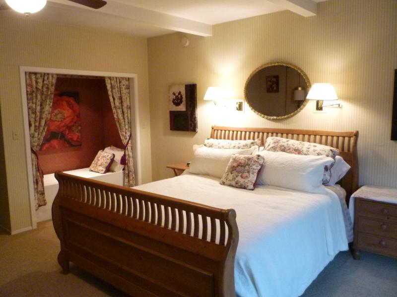 Comfortable KIng Sized Bed and Twin Nook - Beautiful Calistoga Retreat - Heart of Napa Valley - Calistoga - rentals