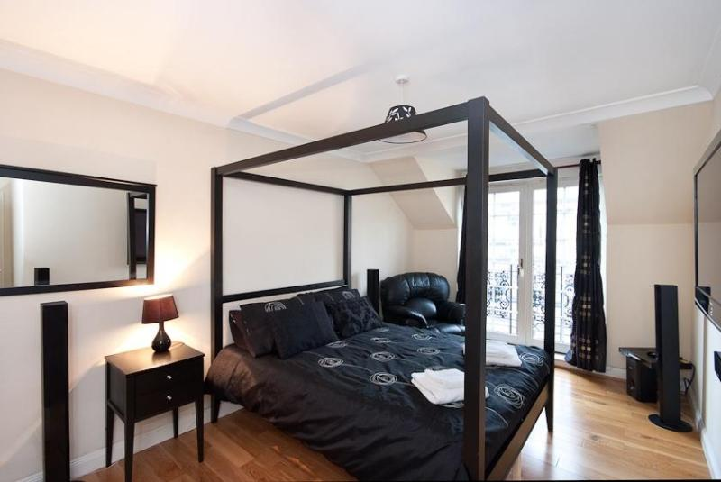 master bedroom with ensuite - Ratcliffe Apartment - Edinburgh - rentals