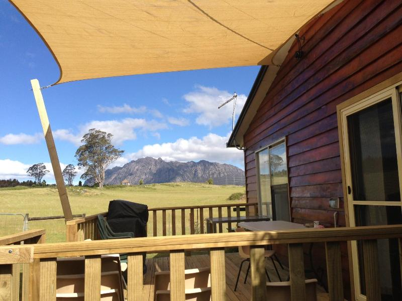 The new deck & BBQ. - Dad's - 3 Bedroom ----- AAA Granary Accommodation. - Sheffield - rentals
