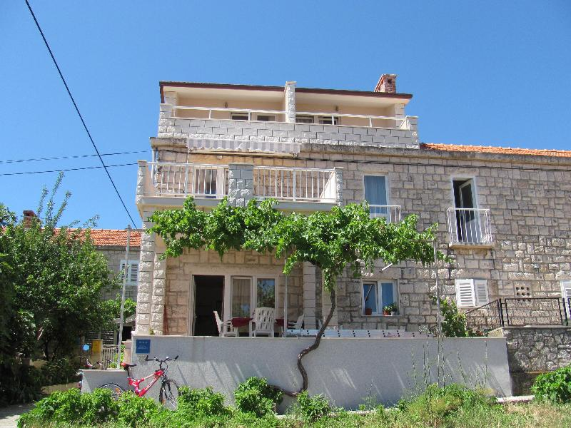 Apartment located on the first floor of a pretty stone house - 2 bedroom apartment with sea view terrace, Korcula - Korcula - rentals