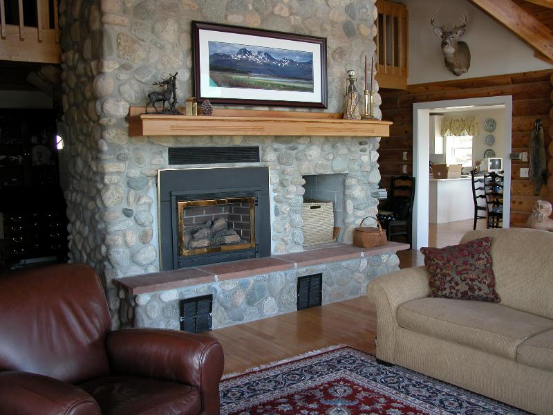Great Room Looking Towards the Dining Room - Luxury Wildlife Retreat w/VIEWS Near Yellowstone - Fishtail - rentals