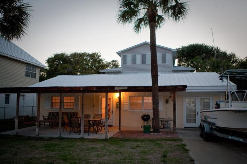 Front Porch Cottage is a house with lots of outdoor living space - Front Porch Cottage 4 br tons of outdoor space- - Tybee Island - rentals