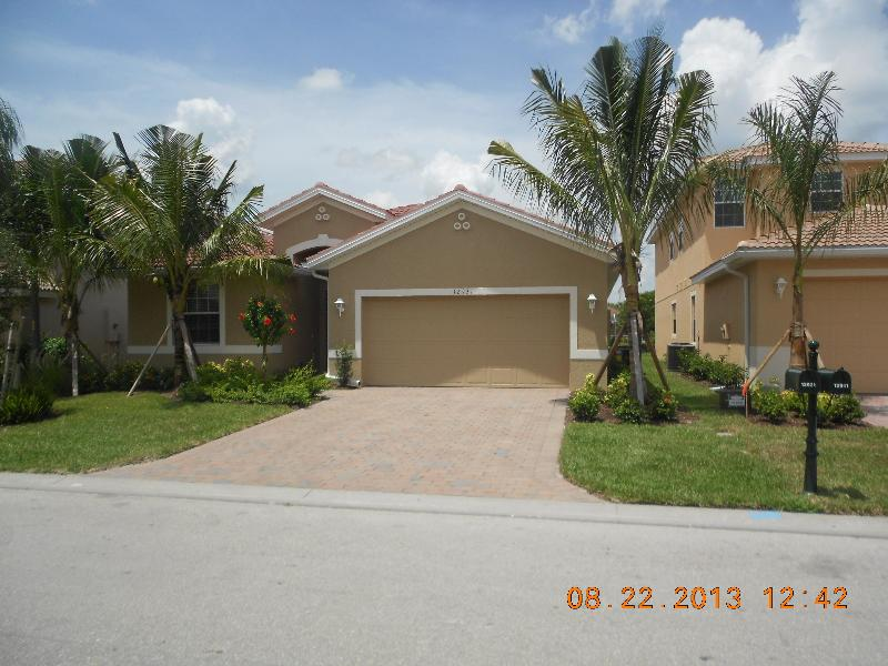 Front Of The House - Deluxe Waterfront Villa - North Fort Myers - North Fort Myers - rentals