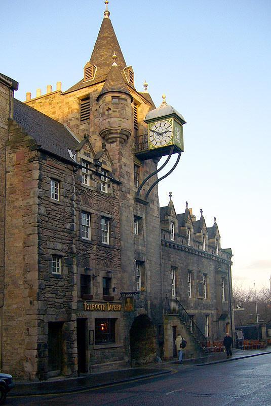 Loking down the Royal Mile - Old Tolbooth Wynd is on the left  - Atholl Brae - Royal Mile - Ground floor apartment - Edinburgh - rentals