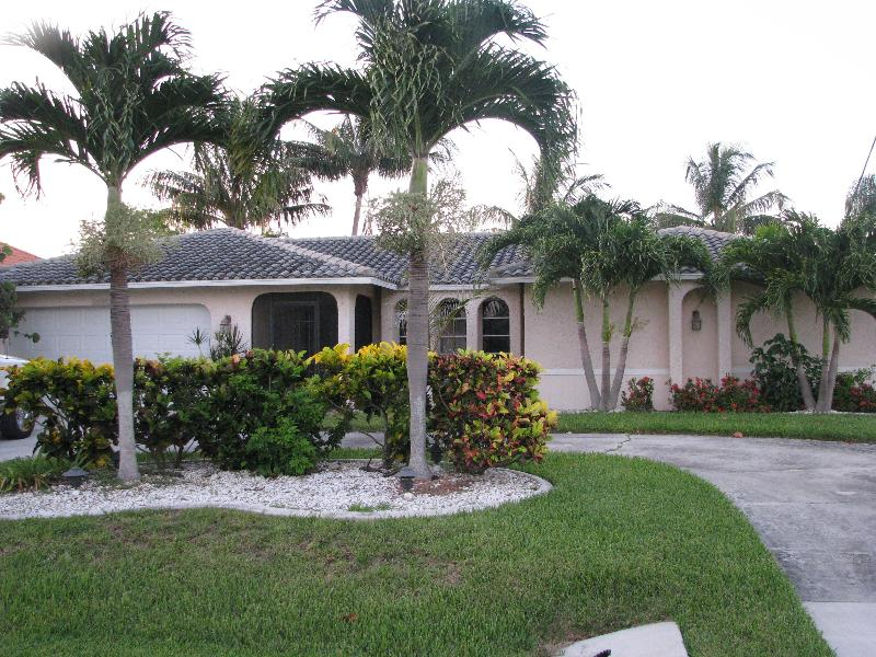 curb appeal - Vacation Home in SW Cape Coral on deep water canal - Cape Coral - rentals