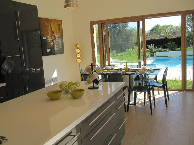 kitchen-dining room opening onto dining terrace, pool and garden. - 3 bed holiday home, private pool, Sarlat, Dordogne - Domme - rentals