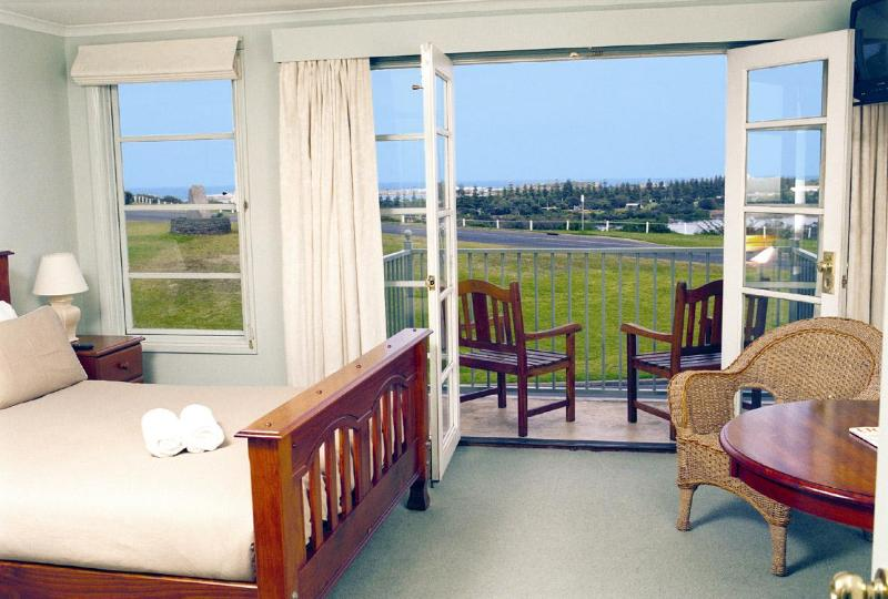 Bedroom 1 - Seaviews Luxury Apartment - Warrnambool - rentals