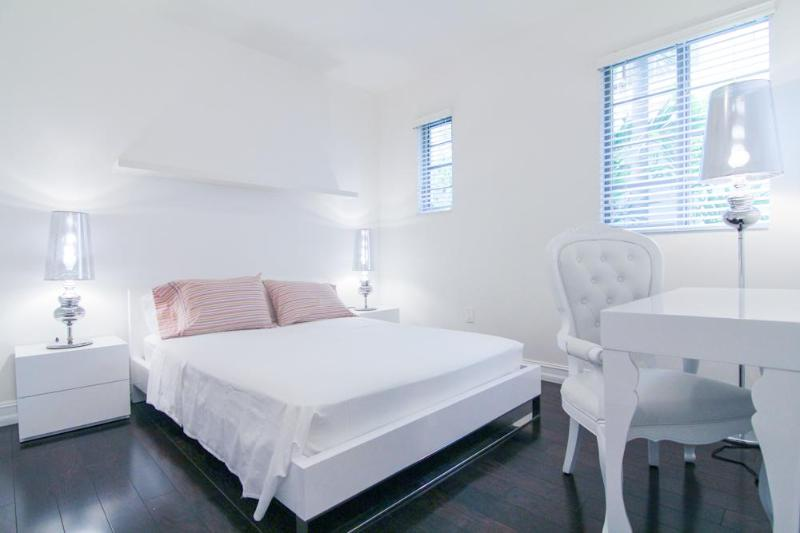 Bedroom and Desk - 1bd-1ba pied-à-terre in South Beach - Miami Beach - rentals