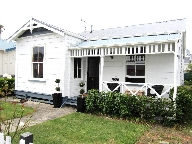Cottage from road - 1890's cottage with modern conveniences - Wanganui - rentals