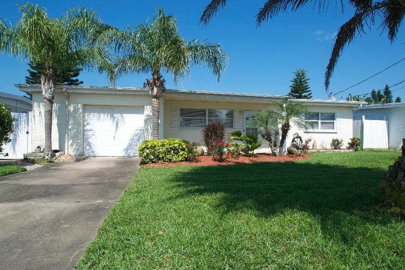 Lovely front view  - Fall $pecials 800.00 wkly 2 Bedroom 1 Bath LIL Piece of Paradise - Daytona Beach Shores - rentals