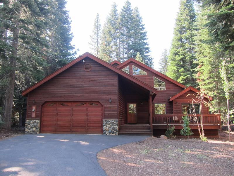Front Elevation with Long Driveway - Luxury Tahoe Vacation Rental Heidiway - Truckee - rentals