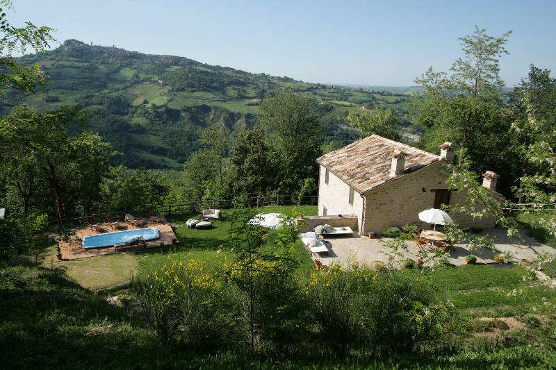 Marche Holiday Ca Barchetta: with jet stream pool - Image 1 - Monte san Martino - rentals