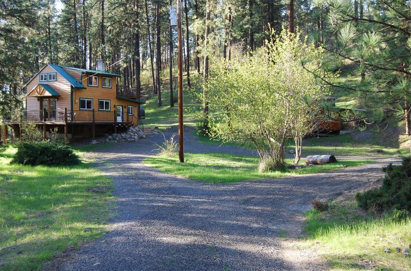 Cabin Exterior with Circle Drive and Bonfire Pit - Peaceful, Private Cabin Overlooking the Clearwater - Orofino - rentals