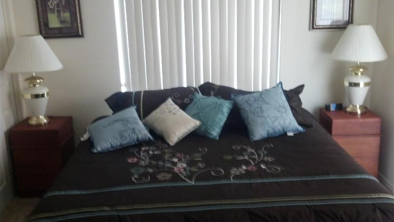 King-size bed in master bedroom - 2 Bdrm Vacation Rental in Bullhead City, Arizona - Bullhead City - rentals
