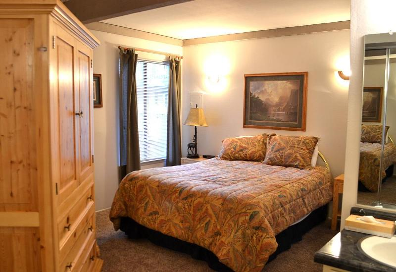 Charming bedroom with 32' lcd and memory foam mattress. - Sherwin Villas | Starting at $75/night | Sleeps 4 - Mammoth Lakes - rentals