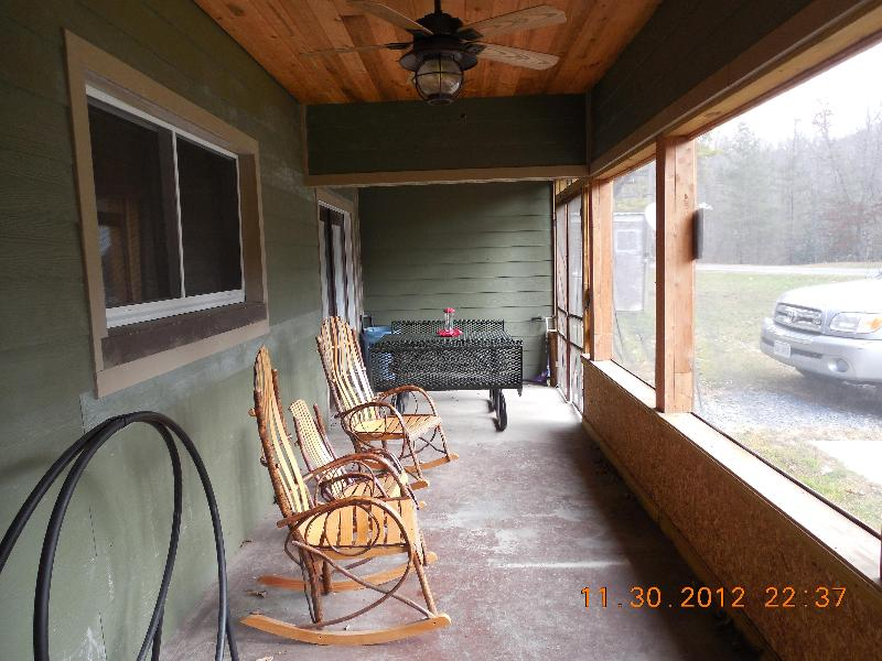 Screened porch with picnic table - 3 bdrm Mountain retreat Blue Ridge Mountains - Bland - rentals