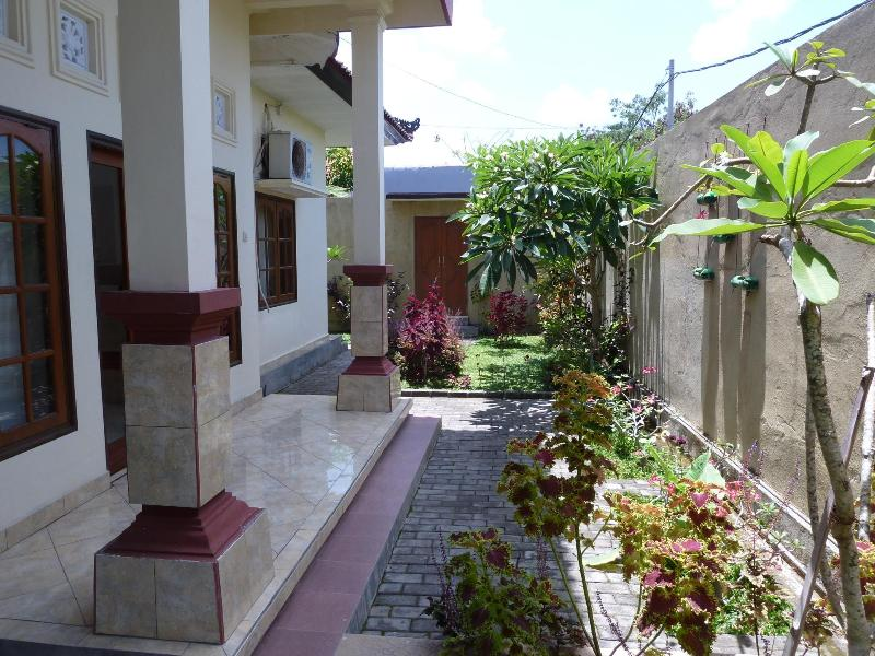 Garden view to the main entrance - Green Kori Cosy Budget House - Kerobokan - rentals