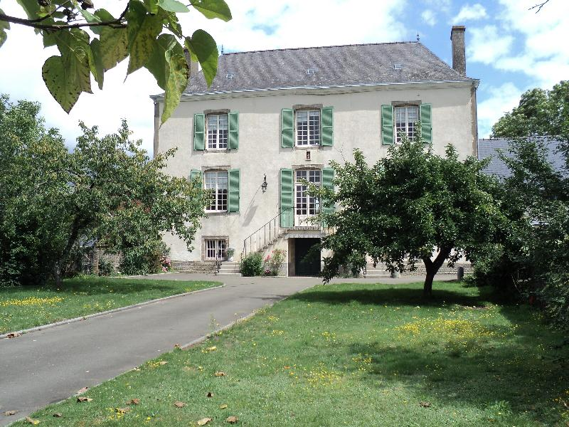 Front of house. - 18th century elegance in a 4 bedroom manor house. - Mayenne - rentals