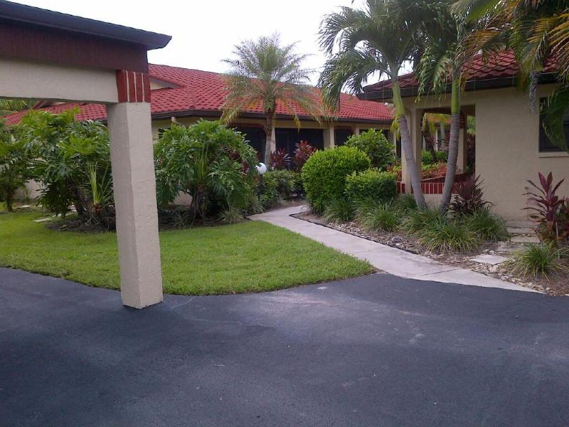 Nicely landscaped villa entry - $1295 - 2bed Villa/condo-Naples-Beach-Pool-Sauna - Naples - rentals