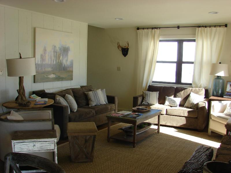 Living room with flatscreen tv and fireplace - Exquisite 4 BR, completely renovated condo on Mtn - Crested Butte - rentals