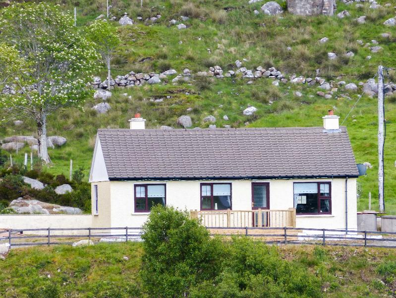 RIVER VIEW COTTAGE, single-storey, multi-fuel range, open fire, pet-friendly, in Doochary, near Dungloe, Ref 906347 - Image 1 - Lettermacaward - rentals