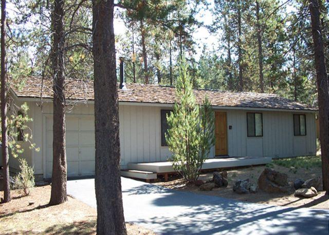 2 Alta Lane Front Exterior - Sit On The Deck Or In The Private Hot Tub & Look Out Over National Forest! - Sunriver - rentals