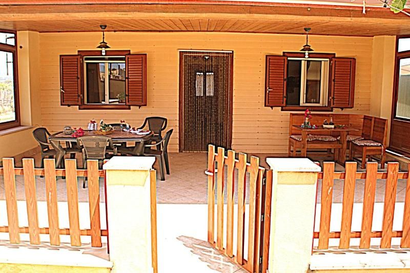 Entrance of the villa - BRUCA SUL MARE: By the sea, 1 meters from the beach, air conditioning - Cava d'Aliga - rentals